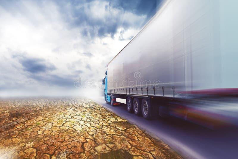 Επιταχυνόμενο φορτηγό στο δρόμο ερήμων στοκ εικόνα