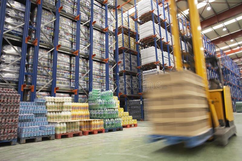 Επιταχυνόμενο Forklift στην αποθήκη εμπορευμάτων στοκ φωτογραφία