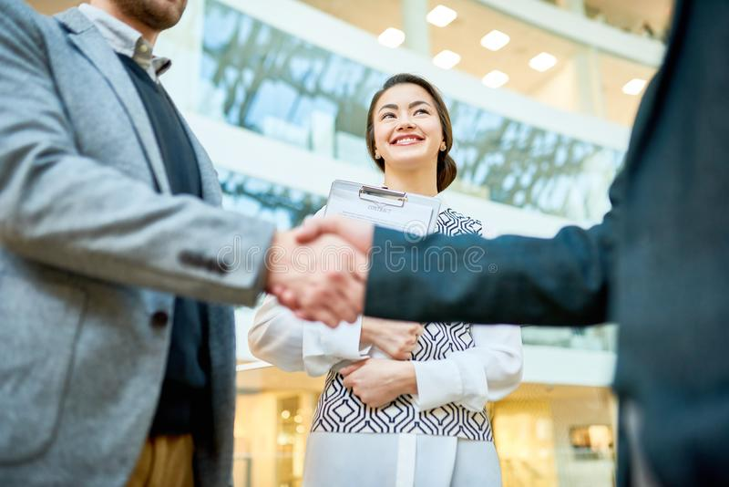 Επιτευχμένη επιχειρηματίες συμφωνία στοκ φωτογραφία με δικαίωμα ελεύθερης χρήσης