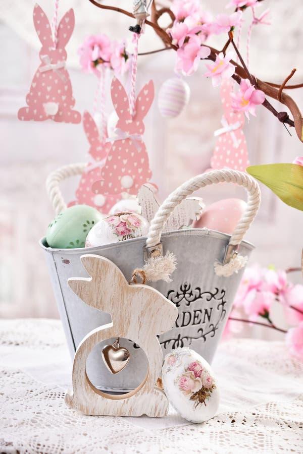 Επιτραπέζια διακόσμηση Πάσχας με τα αυγά στο εκλεκτής ποιότητας καλάθι μετάλλων ύφους στοκ φωτογραφίες με δικαίωμα ελεύθερης χρήσης