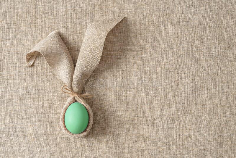Επιτραπέζια διακόσμηση Πάσχας με την πετσέτα υπό μορφή αυτιών και αυγών κουνελιών Εορταστικός μινιμαλισμός στοκ εικόνες