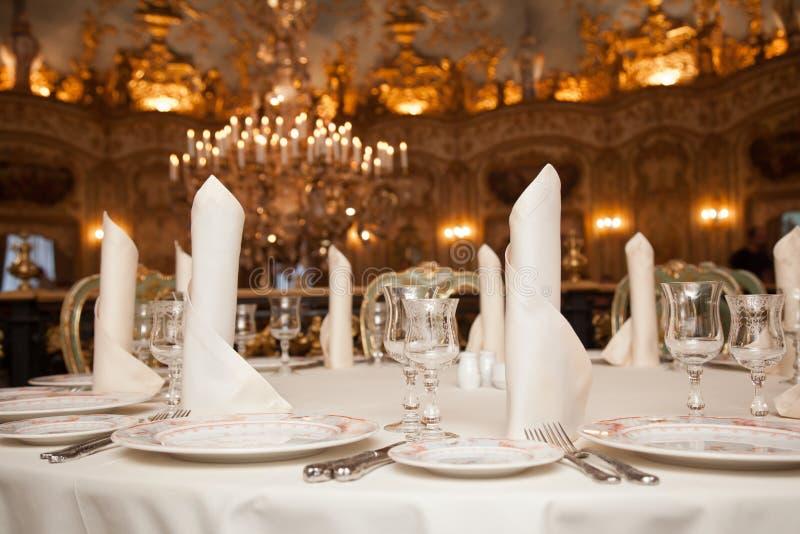 Επιτραπέζια θέση γευμάτων εστιατορίων που θέτει: πετσέτα, wineglass, πιάτο στοκ φωτογραφίες με δικαίωμα ελεύθερης χρήσης