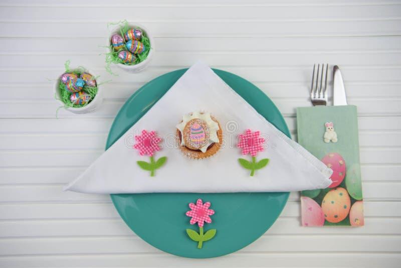 Επιτραπέζια θέση χρονικού Πάσχας άνοιξη που θέτει με τα αυγά και το κέικ σοκολάτας στοκ φωτογραφία