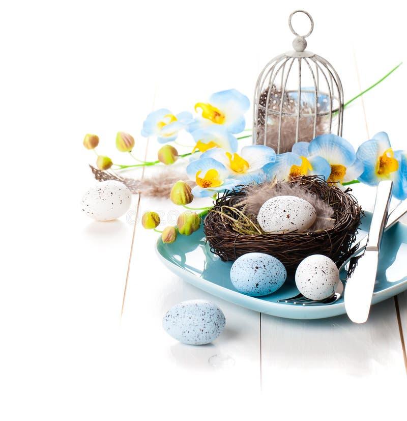 Επιτραπέζια διακόσμηση με τα αυγά Πάσχας στοκ φωτογραφία με δικαίωμα ελεύθερης χρήσης