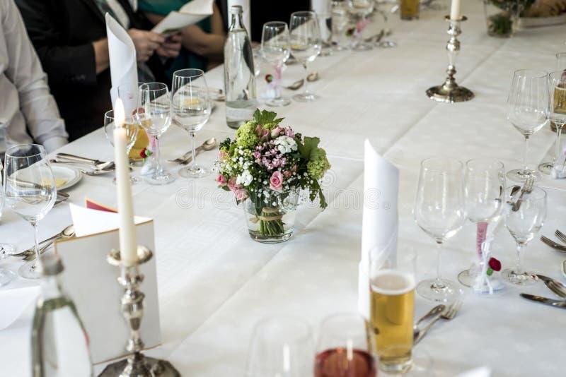 Επιτραπέζια οργάνωση στο γάμο που περιμένει τους φιλοξενουμένους με τα λουλούδια νερού πιάτων στοκ φωτογραφίες με δικαίωμα ελεύθερης χρήσης