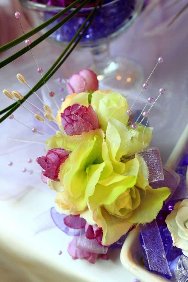 Επιτραπέζια ρύθμιση και λουλούδια γαμήλιων ντεκόρ στοκ εικόνες με δικαίωμα ελεύθερης χρήσης