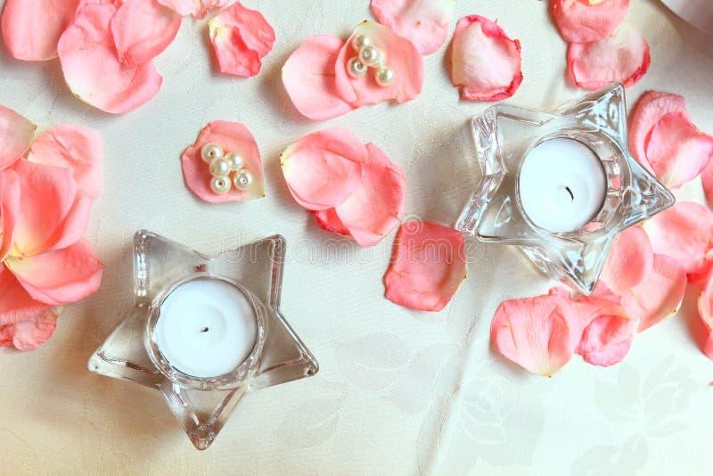 Επιτραπέζια ρύθμιση και λουλούδια γαμήλιων ντεκόρ στοκ φωτογραφία