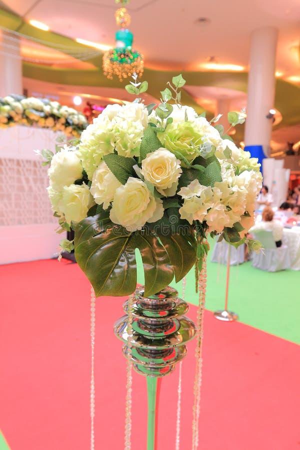 Επιτραπέζια ρύθμιση και λουλούδια γαμήλιων ντεκόρ στοκ εικόνα