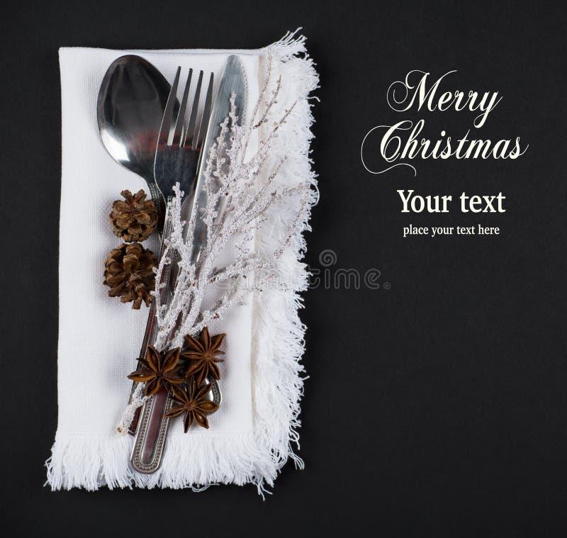 Επιτραπέζια ρύθμιση Χριστουγέννων, έννοια επιλογών Χριστουγέννων στον ασημένιο, καφετή και άσπρο τόνο χρώματος στοκ φωτογραφία