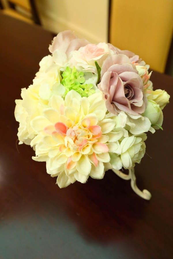 Επιτραπέζια τιμή τών παραμέτρων και λουλούδια γαμήλιων ντεκόρ στοκ φωτογραφία με δικαίωμα ελεύθερης χρήσης