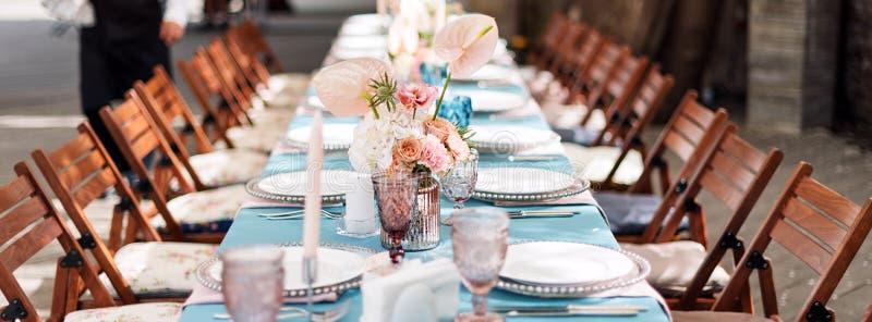 Επιτραπέζιες διακοσμήσεις λουλουδιών για τις διακοπές και το γαμήλιο γεύμα Πίνακας που τίθεται για τις διακοπές, το γεγονός, το κ στοκ εικόνες