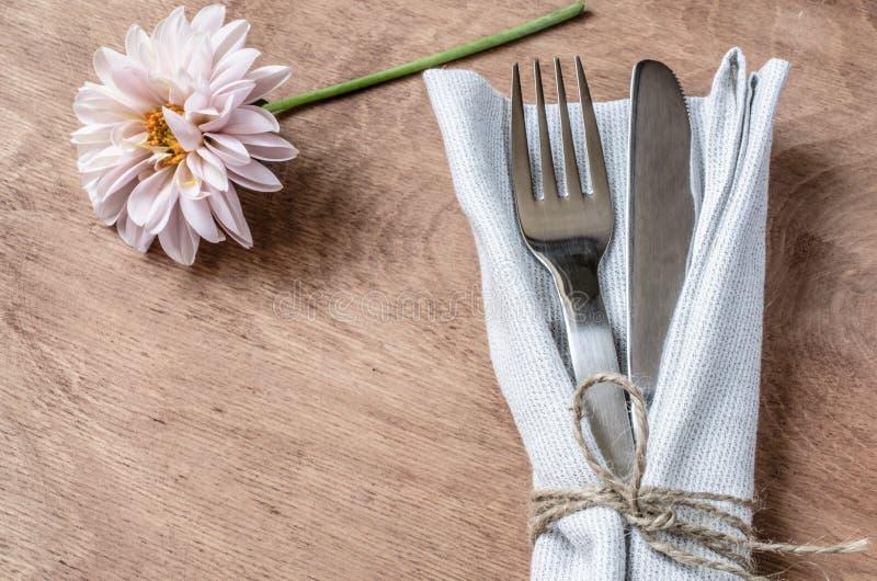 Επιτραπέζιες τοποθετήσεις άνοιξη με το φρέσκες λουλούδι, την πετσέτα και τις ασημικές στοκ φωτογραφία με δικαίωμα ελεύθερης χρήσης