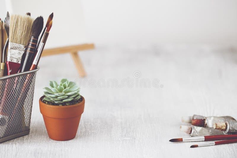 Επιτραπέζιο γραφείο καλλιτεχνών μόδας Δημιουργικός χώρος εργασίας στοκ φωτογραφία με δικαίωμα ελεύθερης χρήσης