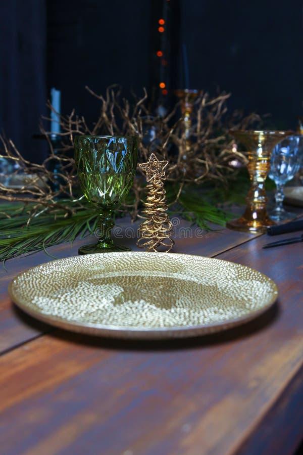 Επιτραπέζιο εκλεκτής ποιότητας άσπρο γαλαζοπράσινο νέο έτος πιάτων Χριστουγέννων το ξύλινο διακόσμησε τον εκλεκτής ποιότητας χρυσ στοκ φωτογραφία με δικαίωμα ελεύθερης χρήσης