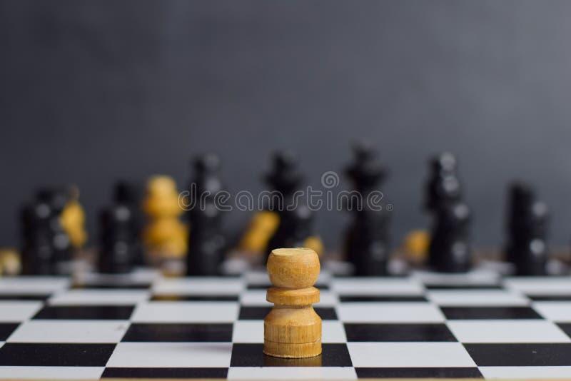 Επιτραπέζιο παιχνίδι σκακιού για τις ιδέες και τη στρατηγική Επιχειρησιακοί έννοια, ηγέτης και & επιτυχία στοκ εικόνες