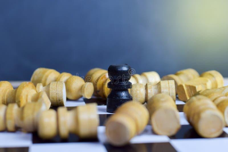 Επιτραπέζιο παιχνίδι σκακιού για τις ιδέες και τη στρατηγική Επιχειρησιακοί έννοια, ηγέτης και & επιτυχία στοκ φωτογραφία