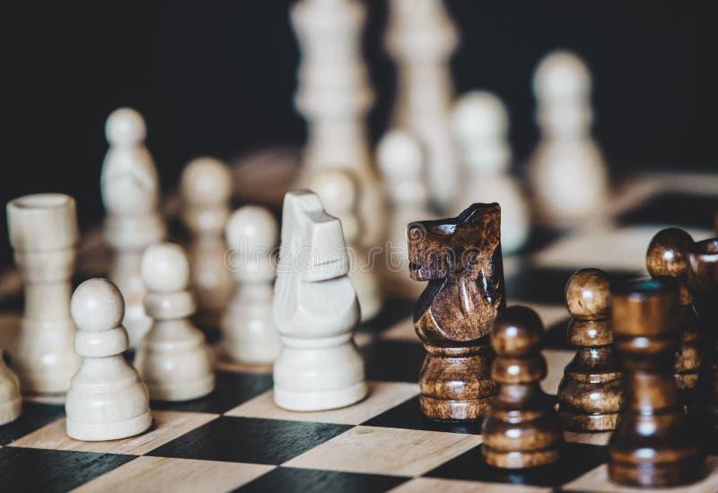Επιτραπέζιο παιχνίδι σκακιού για τις ιδέες και τον ανταγωνισμό και τη στρατηγική, επιχείρηση στοκ φωτογραφία