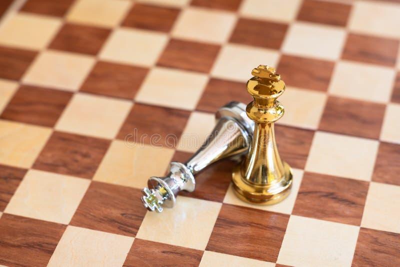 Επιτραπέζιο παιχνίδι σκακιού, επιχειρησιακή ανταγωνιστική έννοια στοκ εικόνα με δικαίωμα ελεύθερης χρήσης