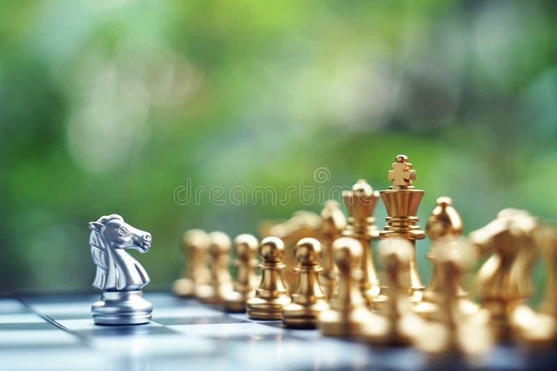Επιτραπέζιο παιχνίδι σκακιού Πάλη μεταξύ της ασημένιας και χρυσής ομάδας Επιχείρηση ανταγωνιστική και έννοια προγραμματισμού στρα στοκ εικόνα
