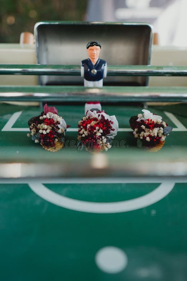 Επιτραπέζιο ποδόσφαιρο δίπλα σε τρία γαμήλια λουλούδια στοκ εικόνα με δικαίωμα ελεύθερης χρήσης