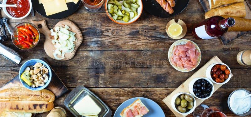 επιτραπέζιο τραπεζομάντιλο τηγανιτών γευμάτων χαβιαριών Διάφορα πρόχειρα φαγητά και κρασί Κορυφή veiw στοκ φωτογραφίες