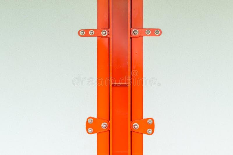 Επιτροπές γύψου που στερεώνονται με τις βίδες σε ένα πορτοκάλι δομών χάλυβα στοκ φωτογραφίες