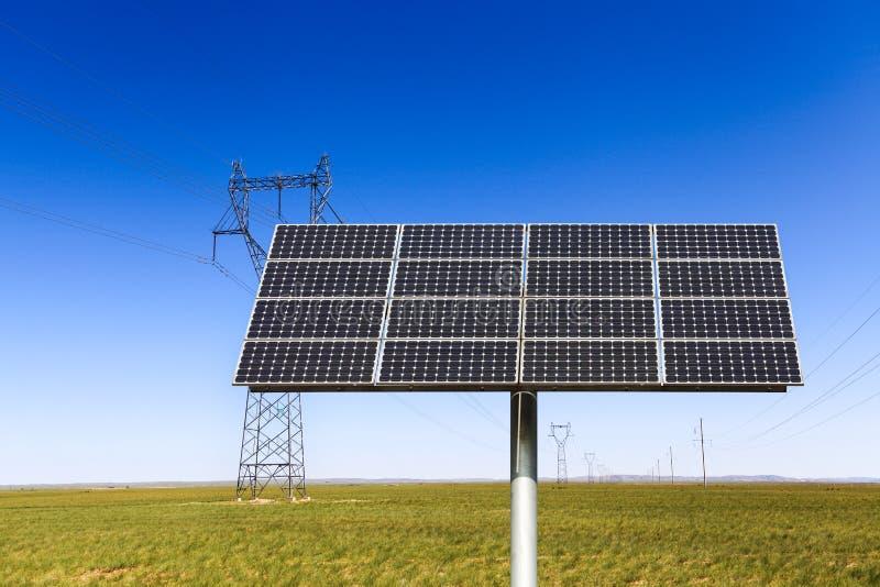 Επιτροπή ηλιακής ενέργειας στο λιβάδι στοκ φωτογραφία με δικαίωμα ελεύθερης χρήσης
