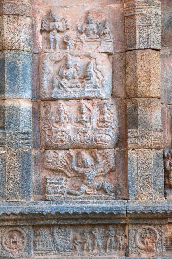 Επιτροπή που απεικονίζει Ravana που τινάζει Kailasa, βόρειος τοίχος του mandapa, ναός Airavatesvara, Darasuram, Tamil Nadu στοκ φωτογραφία