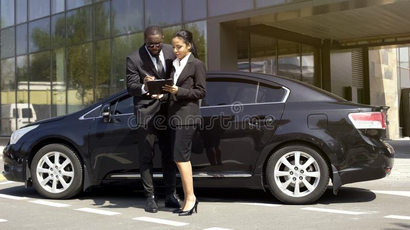 Επιτυχές άτομο που υπογράφει τη σύμβαση ενοικίου, που παίρνει το αυτοκίνητο πολυτέλειας για το επαγγελματικό ταξίδι στοκ εικόνες
