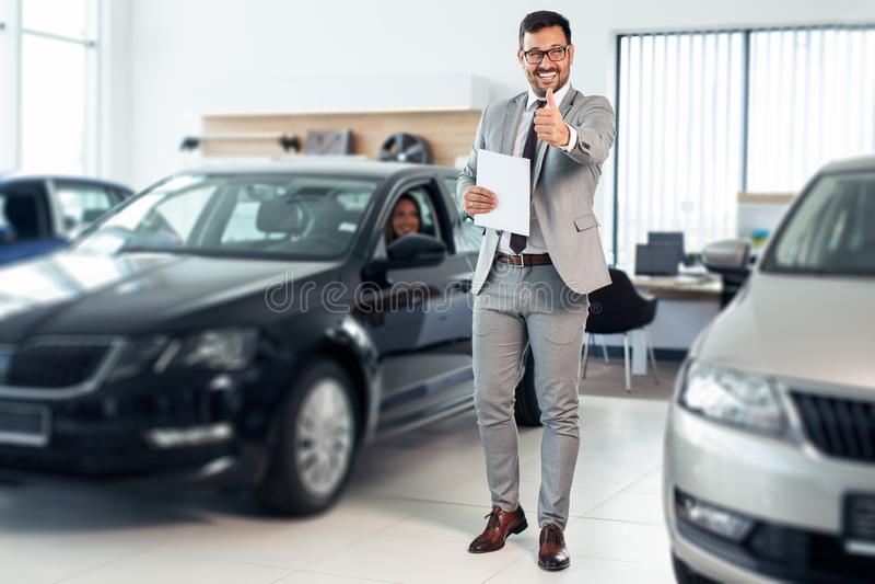 Επιτυχές νέο αρσενικό που εργάζεται στη εμπορία αυτοκινήτων στοκ φωτογραφία με δικαίωμα ελεύθερης χρήσης