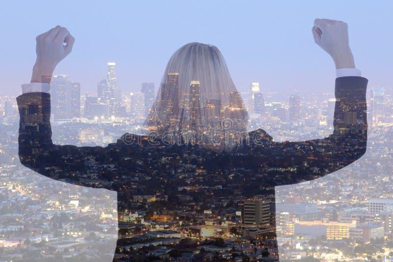 Επιτυχές dou πόλεων διευθυντών επιχειρηματιών επιχειρησιακών γυναικών επιτυχίας στοκ φωτογραφία
