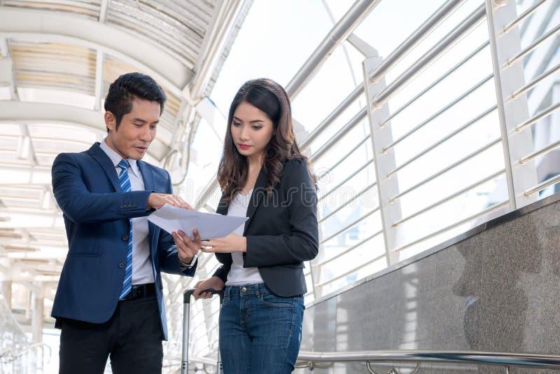 Επιτυχής έννοια εμπόρων: η ευτυχής επένδυση επιχειρηματιών, αυξάνεται το μ στοκ φωτογραφίες με δικαίωμα ελεύθερης χρήσης