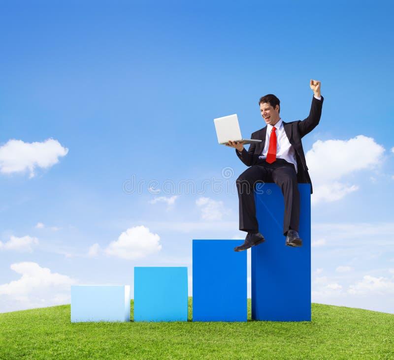 Επιτυχής έννοια επιτυχίας γραφικών παραστάσεων επιχειρηματιών στοκ εικόνα με δικαίωμα ελεύθερης χρήσης