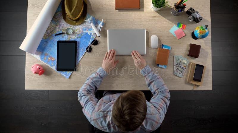 Επιτυχής αρσενικός σχεδιαστής που τελειώνει το πρόγραμμα εγκαίρως, που αφήνει το γραφείο για να έχει το υπόλοιπο στοκ φωτογραφία με δικαίωμα ελεύθερης χρήσης