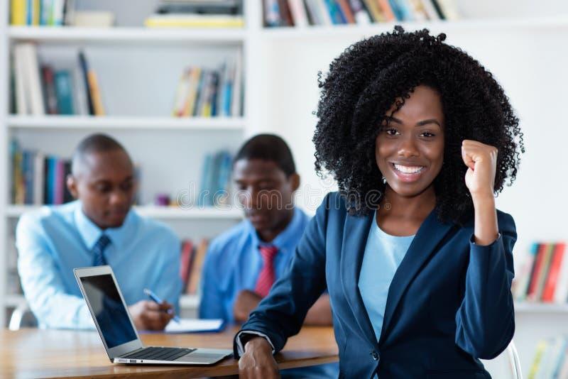 Επιτυχής αφρικανική αφρικανική επιχειρηματίας με την επιχειρησιακή ομάδα στοκ φωτογραφία με δικαίωμα ελεύθερης χρήσης