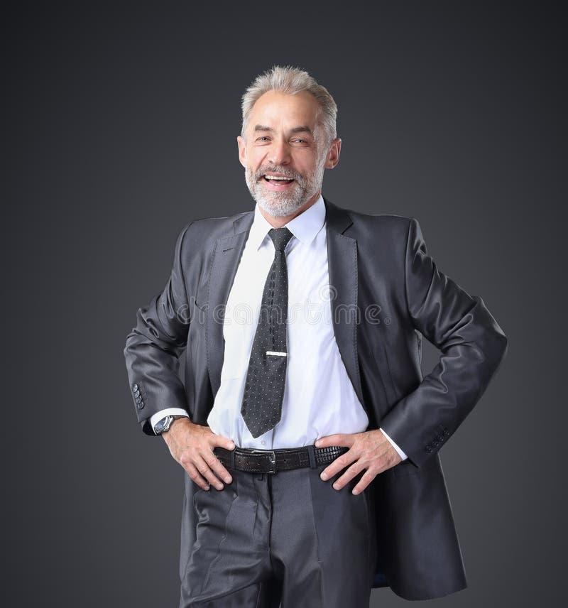 Επιτυχής, βέβαιος επιχειρηματίας που κρατά τα χέρια του στη ζώνη στοκ εικόνες