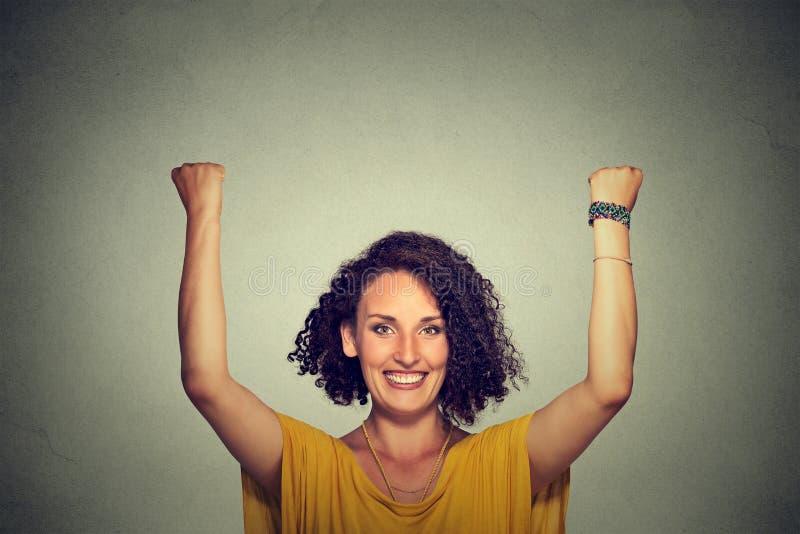 Επιτυχής γυναίκα με τα όπλα επάνω στοκ φωτογραφία