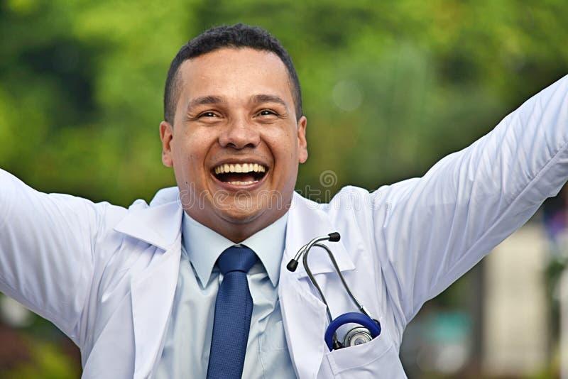 Επιτυχής διαφορετικός αρσενικός γιατρός που φορά το παλτό εργαστηρίων στοκ εικόνα με δικαίωμα ελεύθερης χρήσης