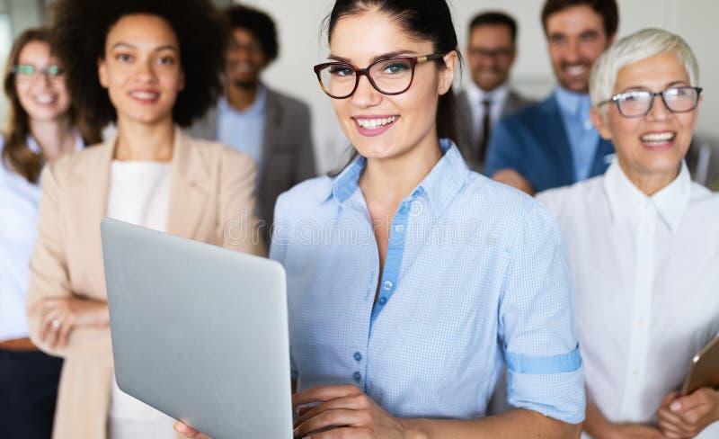Επιτυχής επιχείρηση με τους ευτυχείς εργαζομένους στην αρχή στοκ εικόνα με δικαίωμα ελεύθερης χρήσης
