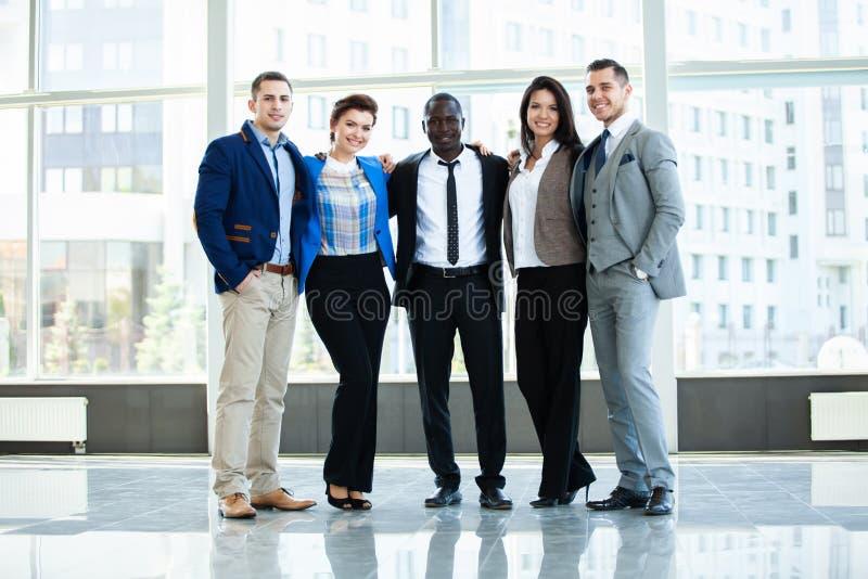 Επιτυχής επιχείρηση με τους ευτυχείς εργαζομένους στην αρχή στοκ φωτογραφίες