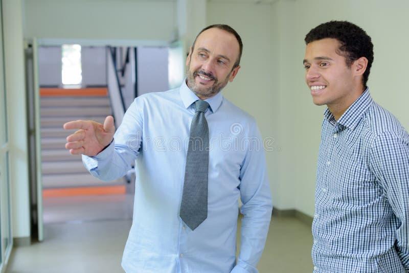 Επιτυχής επιχειρηματίας ατόμων πορτρέτου με το νέο εργαζόμενο στοκ εικόνες με δικαίωμα ελεύθερης χρήσης