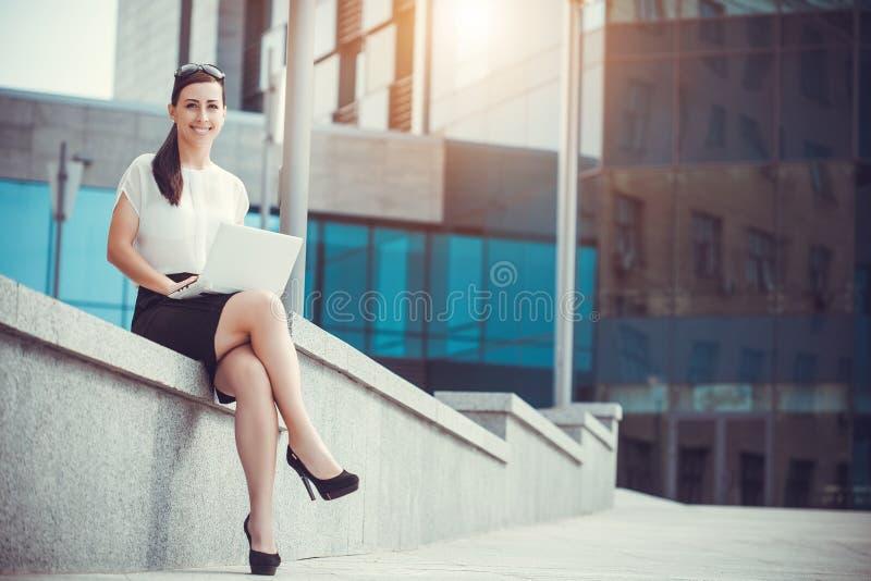 Επιτυχής επιχειρηματίας που εργάζεται στο lap-top στοκ φωτογραφία με δικαίωμα ελεύθερης χρήσης