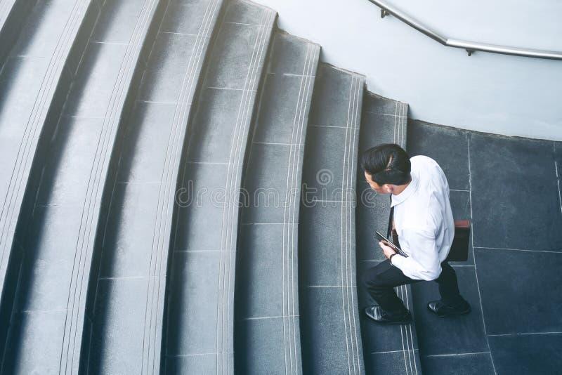 Επιτυχής επιχειρηματίας που τρέχει τη γρήγορη επάνω έννοια επιτυχίας στοκ φωτογραφίες με δικαίωμα ελεύθερης χρήσης