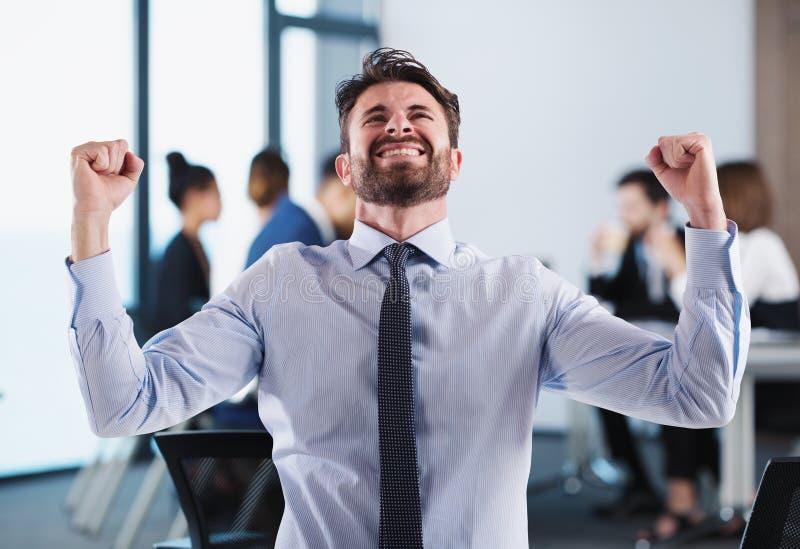 Επιτυχής επιχειρηματίας στην αρχή κατά τη διάρκεια μιας συνεδρίασης στοκ φωτογραφία με δικαίωμα ελεύθερης χρήσης
