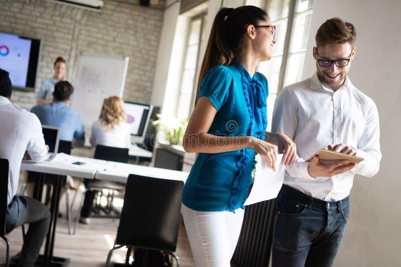 Επιτυχής επιχειρηματική μονάδα των ανθρώπων στην εργασία στην αρχή στοκ εικόνα με δικαίωμα ελεύθερης χρήσης