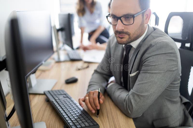 Επιτυχής επιχειρηματική μονάδα των ανθρώπων στην εργασία στην αρχή στοκ εικόνες