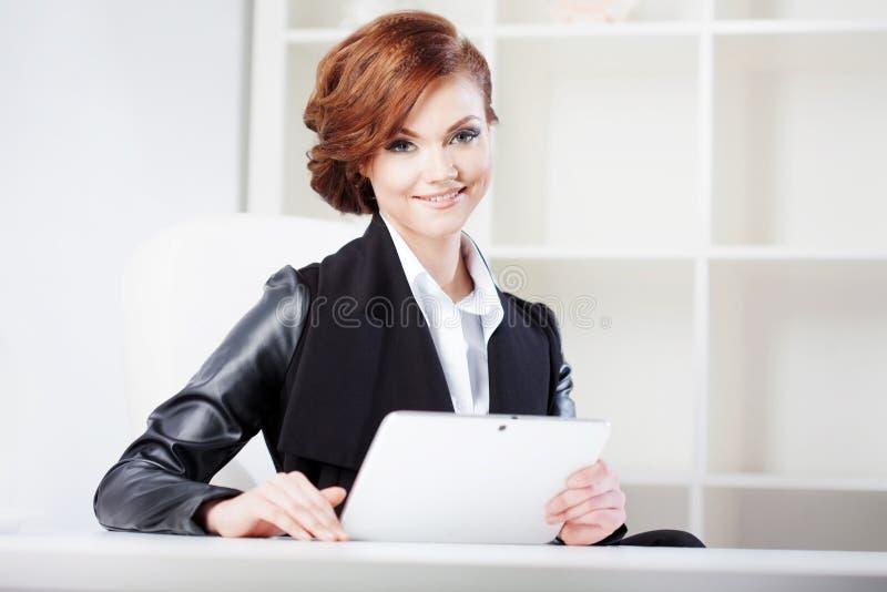 Επιτυχής επιχειρησιακή γυναίκα με την ταμπλέτα διαθέσιμη στοκ εικόνες