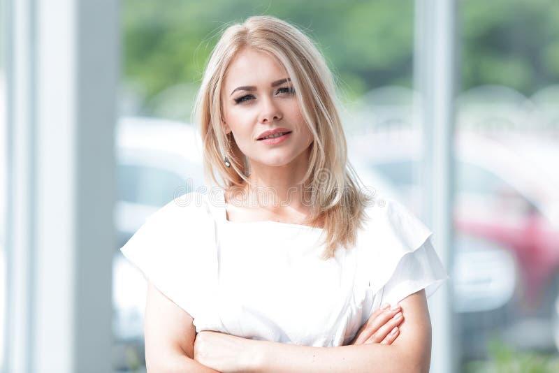 Επιτυχής επιχειρησιακή γυναίκα που στέκεται στο ευρύχωρο λόμπι του γραφείου στοκ εικόνα με δικαίωμα ελεύθερης χρήσης