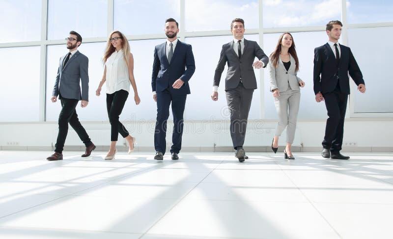 Επιτυχής επιχειρησιακή ομάδα που στέκεται στην αίθουσα γραφείων στοκ εικόνα με δικαίωμα ελεύθερης χρήσης