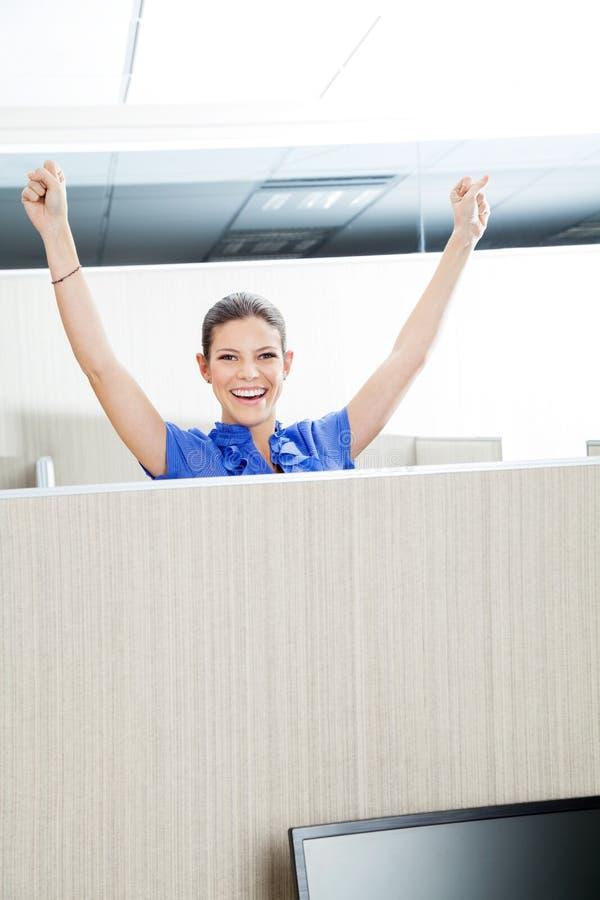 Επιτυχής θηλυκός αντιπρόσωπος εξυπηρέτησης πελατών στοκ εικόνες